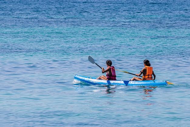 Turystów kajakarstwo po pięknym morzu