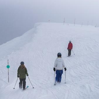 Turystów na nartach na pokryte śniegiem góry, whistler, kolumbia brytyjska, kanada