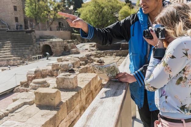 Turystów robienia zdjęć rzymskiego zabytku