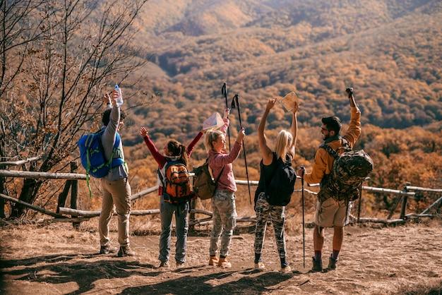 Turystów stojących na polanie.