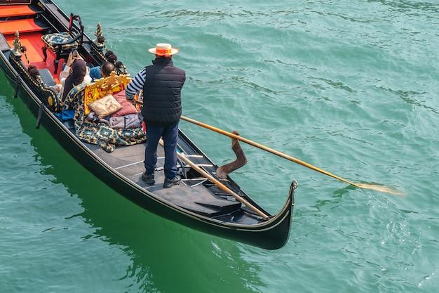 Turystów w gondolach na kanale wenecji. podróżować.
