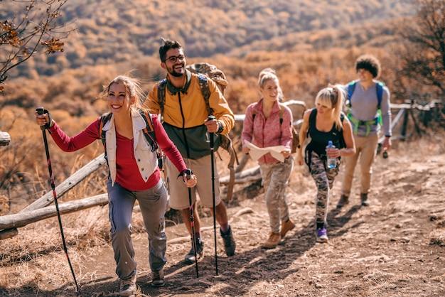 Turystów wspinających się na wzgórze.