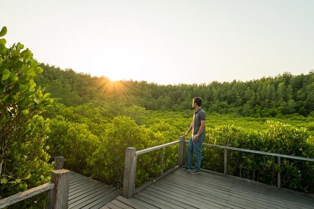 Turystów wyglądających lasów namorzynowych lub golden mangrove field (tung prong thong) w rayong
