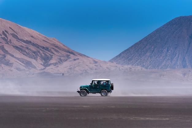 Turysty 4x4 dżip dla turystycznego wynajem przy górą bromo w wschodnim jawa, indonezja.