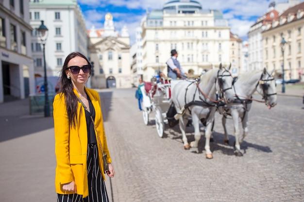 Turystyczna dziewczyna cieszy się jej europejskiego wakacje w wiedeń