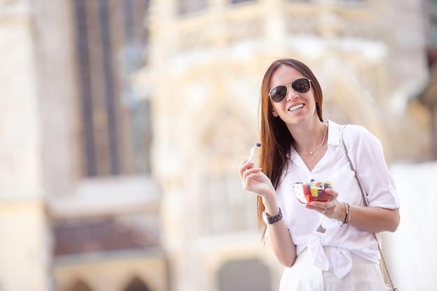 Turystyczna dziewczyna cieszy się wakacje w wiedeń i patrzeje piękne konie w powozie