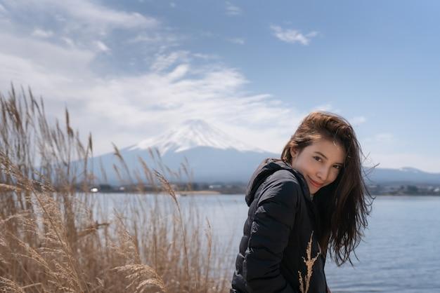 Turystyczna kobieta przy kawaguchiko jeziorem w japonia.