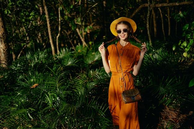 Turystyczna kobieta w kapeluszu i okularach przeciwsłonecznych latem na wyspie dżungli