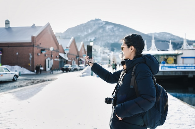 Turystyczna kobieta w sezonie zimowym