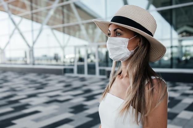 Turystyczna kobieta w szalonej masce