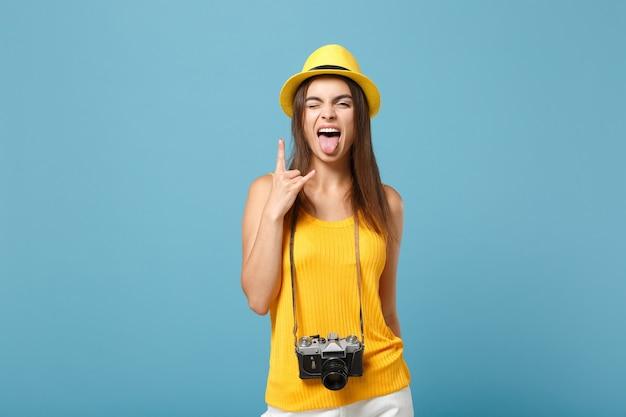 Turystyczna Kobieta W żółtych Letnich Ubraniach I Kapeluszu Z Aparatem Fotograficznym Na Niebiesko Premium Zdjęcia