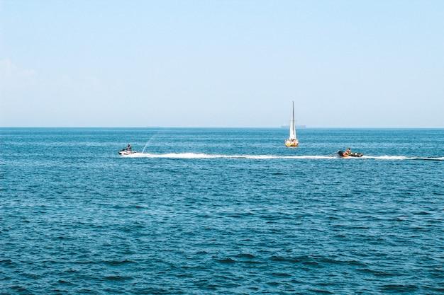 Turystyczna łódź płynąca tutaj po błękitnym morzu.