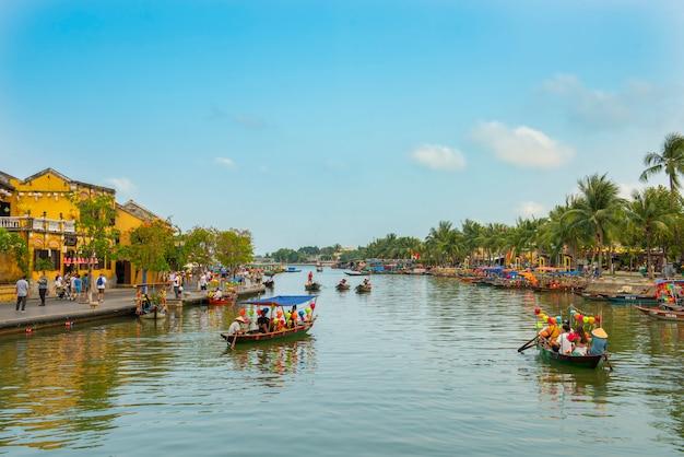 Turystyczna łódź unosi się przy hoi rzeką w starym miasteczku światowego dziedzictwa miejsce w wietnam.