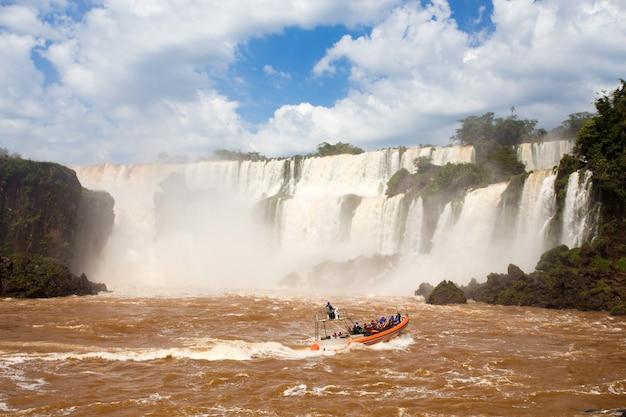 Turystyczna łódź w iguazu spada kaskadami w argentynie