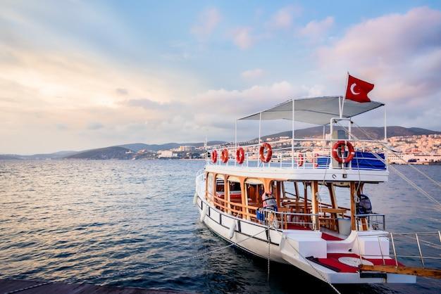 Turystyczna łódź wiążąca przy kusadasi portem w kusadasi, turcja.