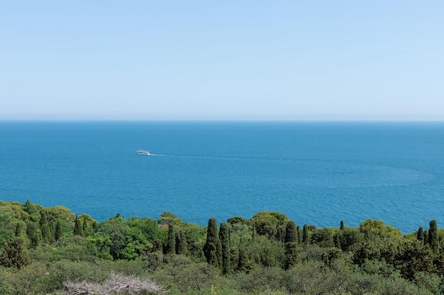 Turystyczna łódź wycieczkowa pływa po błękitnym morzu