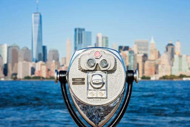 Turystyczna lornetka na panoramie nowego jorku