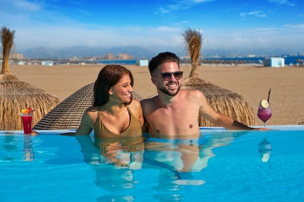 Turystyczna para ma skąpanie w nieskończoności basenie