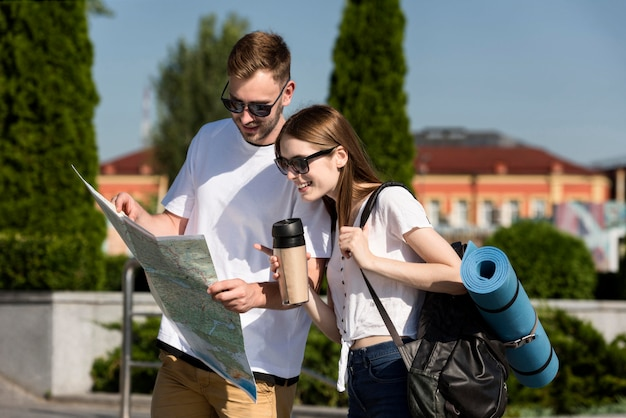 Turystyczna para na zewnątrz z mapą