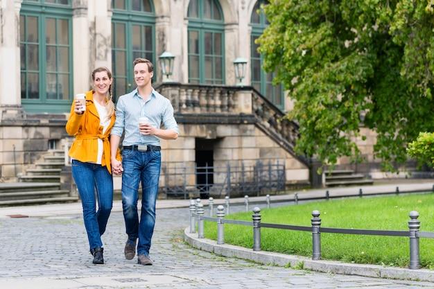 Turystyczna para w dreźnie ma spacer przy zwinger z kawą
