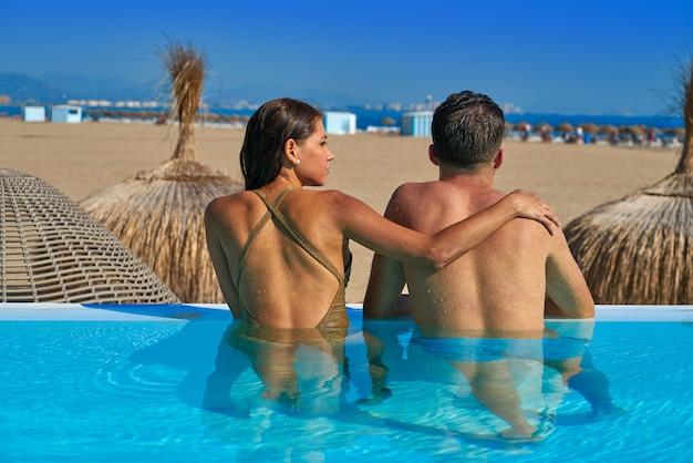 Turystyczna para w nieskończoność basenu tylni widoku