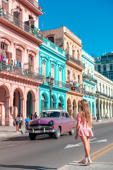 Turystyczne dziewczyny w popularnej okolicy w hawanie na kubie. podróżnik młoda kobieta uśmiecha się