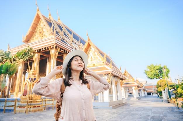 Turystyczne kobiety cieszą się podróż w świątyni w bangkok, tajlandia