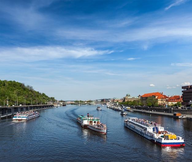 Turystyczne łodzie na wełtawie w pradze
