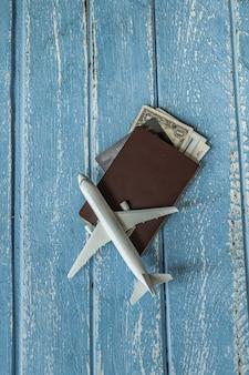 Turystycznej podróży planistyczny pojęcie na drewnie z paszportem, samolot, podróży pojęcie