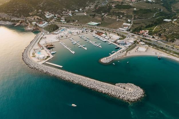 Turystyczny cel podróży z widokiem na morze i wiele jachtów w turcji