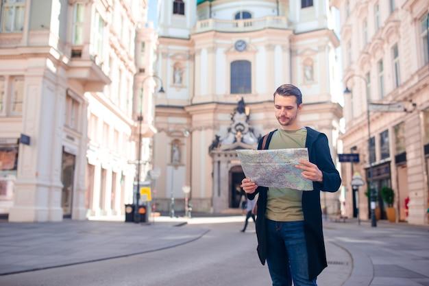 Turystyczny człowiek z mapą miasta