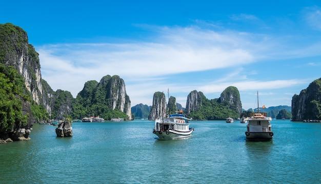 Turystyczny ferryboat w halong zatoce unesco światowego dziedzictwa miejsce w vietnem.