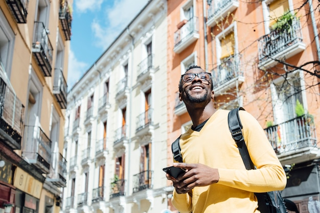 Turystyczny mężczyzna z smartphone w mieście madryt