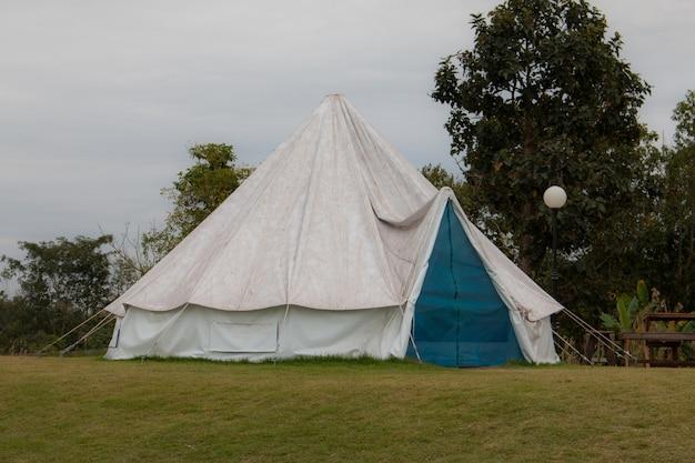 Turystyczny namiot w obozie wśród łąki w górze