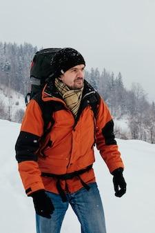 Turystyczny odprowadzenie w śnieżnym góra krajobrazie