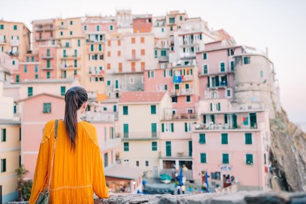Turystyczny patrzejący scenicznego widok manarola, cinque terre, liguria, włochy