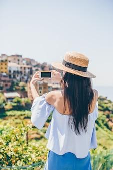Turystyczny patrzejący scenicznego widok vernazza, cinque terre, liguria, włochy