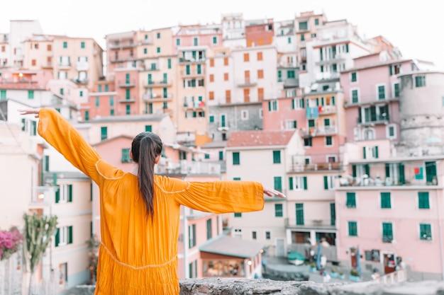 Turystyczny patrzeje sceniczny widok manarola, cinque terre, liguria, włochy