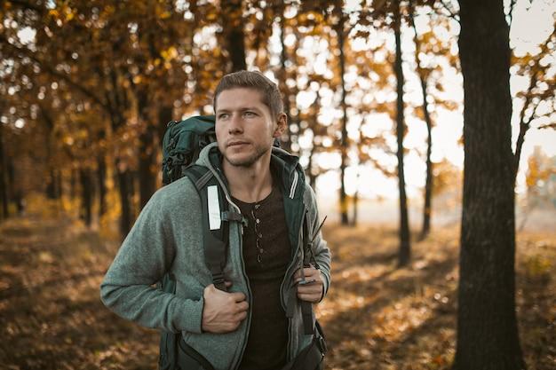 Turystyczny spacer wzdłuż leśnej ścieżki jesienią