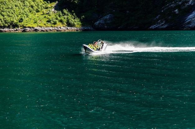 Turystyczny statek berry pływający liniowiec w pobliżu geiranger w geirangerfjorden w letni dzień.