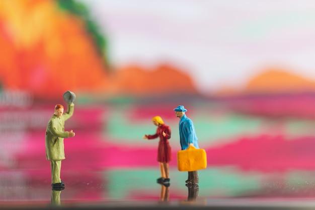 Turystyczny uścisk dłoni z przyjacielem na colorfull tle