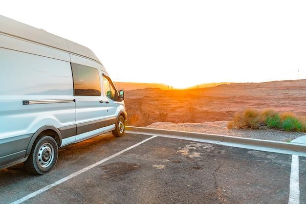 Turystyczny van zaparkowany o zachodzie słońca w page arizona in