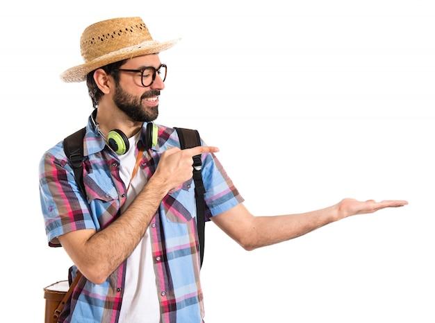 Turystyk trzymający coś
