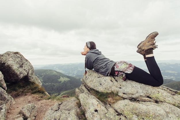 Turystyka, góry, styl życia, natura, koncepcja ludzie - dziewczyna w górach alpinizm podróż koncepcja lifestyle krajobraz na tle wakacje przygoda podróż odkryty, człowieka i przyrody.