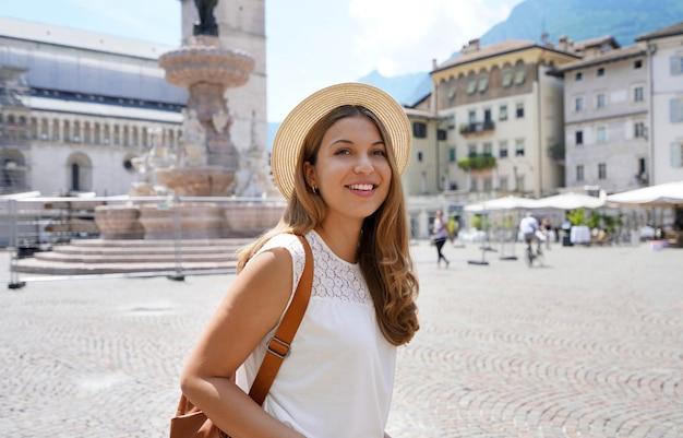 Turystyka kulturowa we włoszech. dziewczyna podróżnik w mieście trento, włochy.