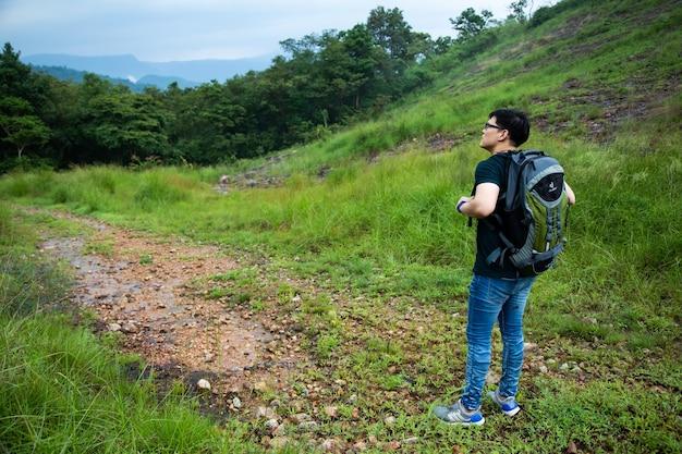 Turystyka piesza w koncepcji lasu dżungli. mężczyzna piesze wędrówki z plecakiem sam na zewnątrz aktywny styl życia przygoda podróżnicza