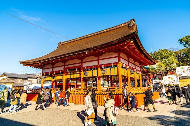 Turystyka w świątyni fushimi inari w kioto w japonii.