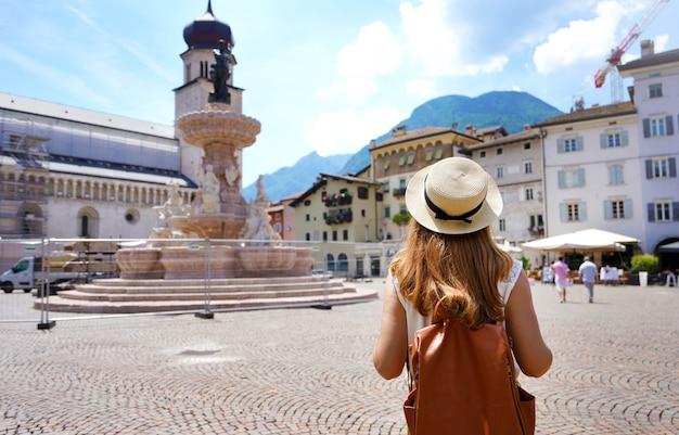Turystyka we włoszech. widok z tyłu kobiece backpacker w mieście trento, w północnych włoszech.