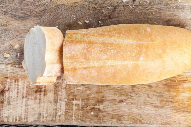 Twarda skórka z bagietki i chrupiące świeże wypieki
