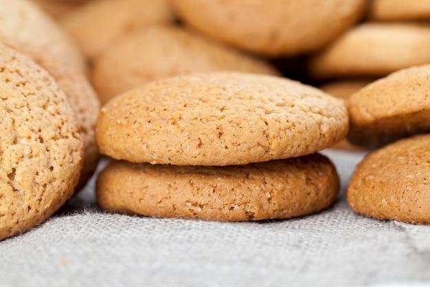 Twarde ciasteczka zapiekane z płatkami owsianymi i mąką pszenną